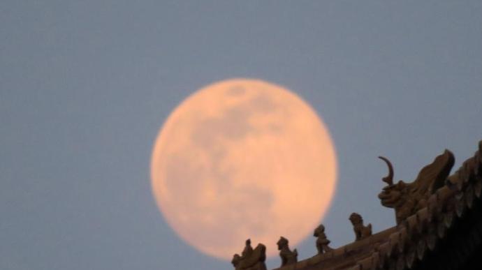 北京:故宫角楼圆月升