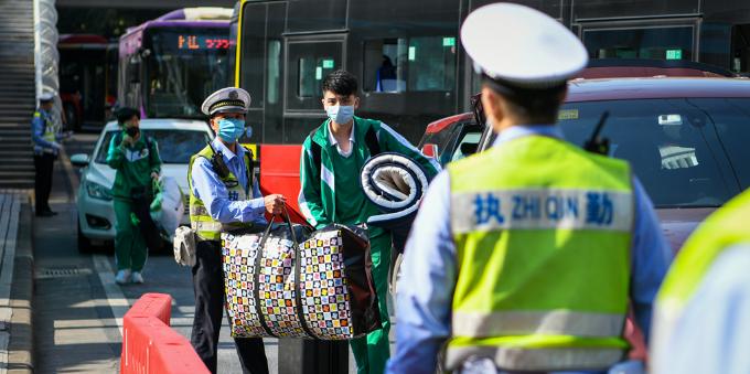 广州交警护航师生返校安全