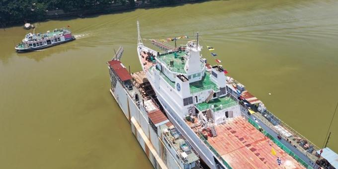 """中国首艘油电混合推进海上公务船""""深海01""""在广州下水"""