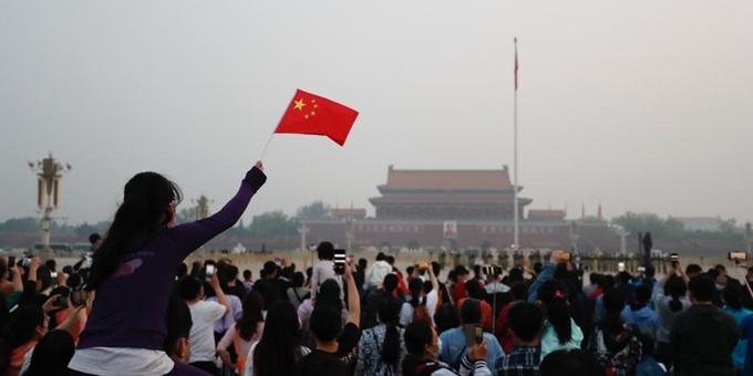 五一劳动节 民众在北京天安门广场观看升旗仪式