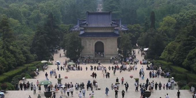 民众自觉佩戴口罩有序参观南京中山陵