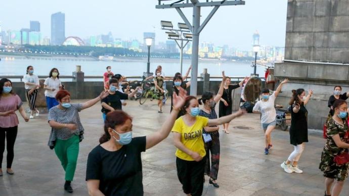 武汉市民跳广场舞健身