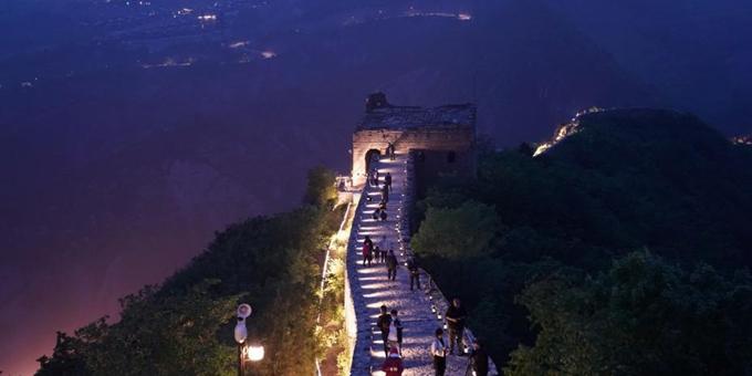 """北京:游客在古北水镇""""夜游长城"""""""
