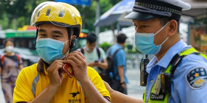 """""""一盔一带 安全常在""""警企联合劝导外卖骑手佩戴安全头盔活动"""