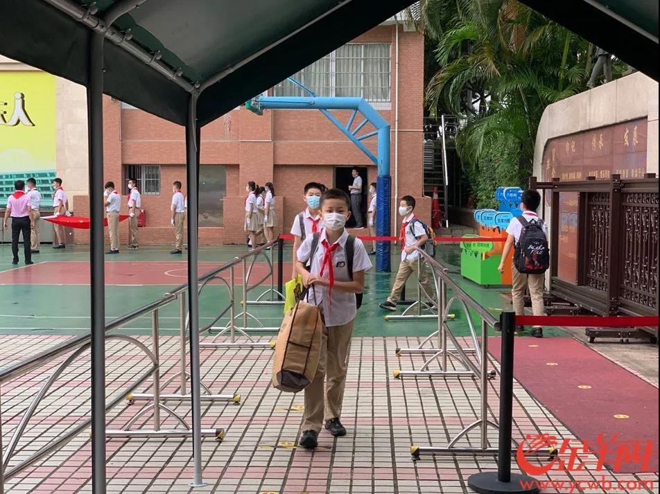 在东风路小学,学生们开始有序地进入学校。羊城晚报全媒体记者 林桂炎 摄