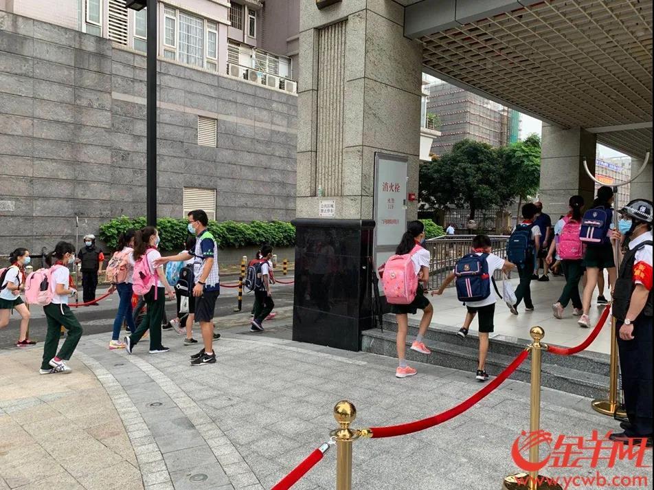 华景小学门口,孩子们有序进入校园。羊城晚报全媒体记者 孙唯 摄