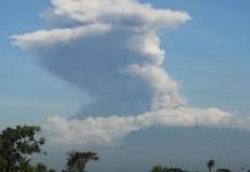 印尼默拉皮火山喷发 火山灰柱高6千米