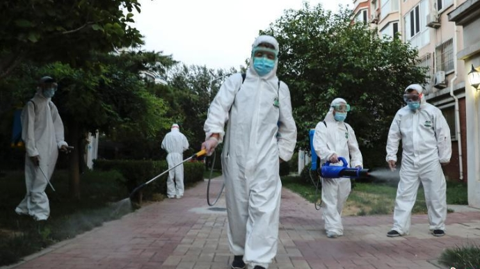 北京大兴一社区对居民楼公共区域进行消杀