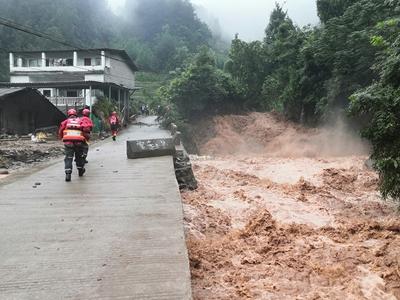 貴州遵義:洪水致多人被困 消防成功救援