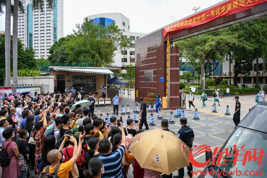 7月8日下午5时,2020年广东省高考结束,华南师范大学附属中学考点的考生走出考场,与亲友们相聚。羊城晚报全媒体记者 梁喻 摄