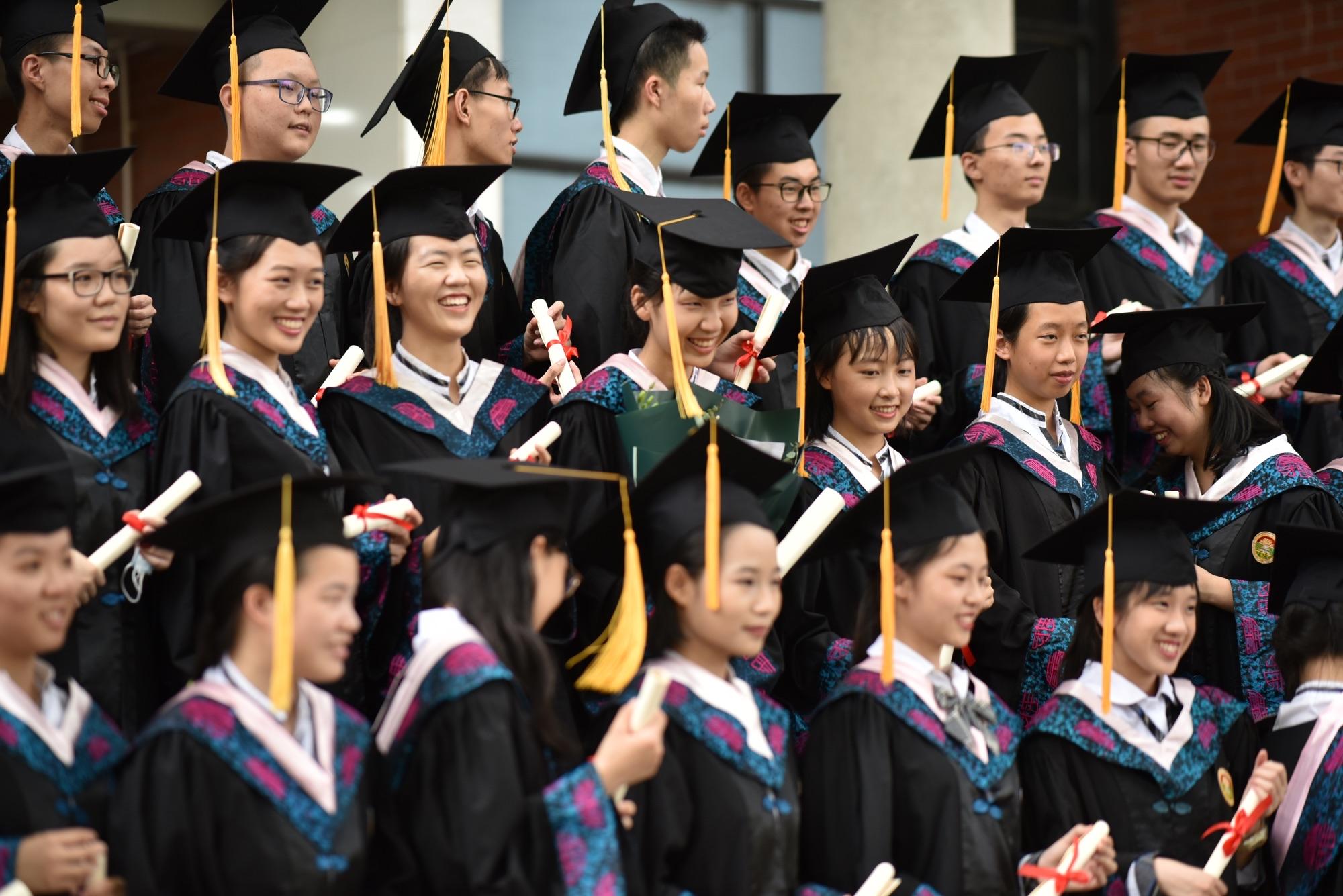 2020年7月9日,广东广雅中学高三学子身穿礼服,走过188.8米的红地毯,向创始人张之洞深鞠一躬,在冠冕楼前被校长逐一戴四方帽、正衣冠、握手、颁发毕业证。这是该校送给学生的毕业冠冕礼,至今年已经连续举办10年。 羊城晚报全媒体记者 宋金峪 摄