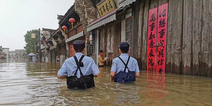 长江安徽段全线超警 沿江公安民警奋战一线抗洪抢险