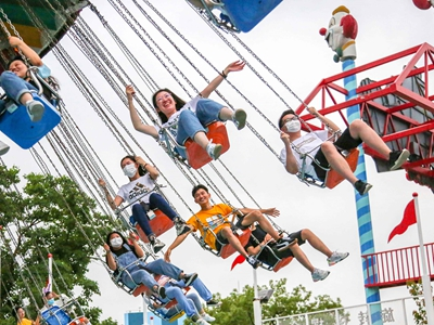 上海:暑假開啟 遊樂園內人氣旺