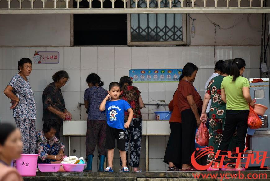 2020年7月13日,江西省鄱阳县的受灾居民安置点五一中心学校,鄱阳县附近乡村的受灾居民在这里暂时居住生活。 羊城晚报全媒体记者 宋金峪 摄