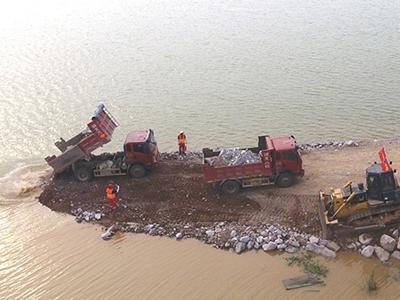江西上饶:全力封堵鄱阳中洲圩决口