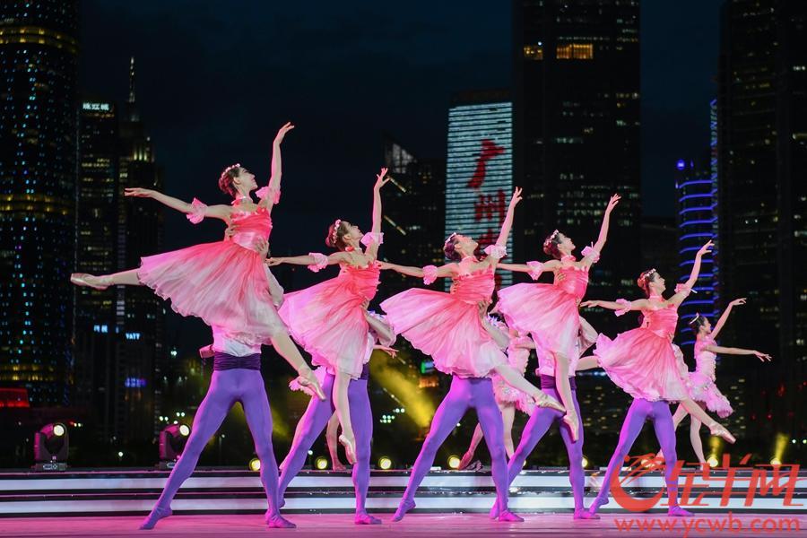 """7月17日晚,""""广州欢迎您""""系列活动启动仪式在广州塔举办,千架无人机矩阵在夜空中拼出""""广州欢迎您""""巨幅字样。 羊城晚报全媒体记者 梁喻"""