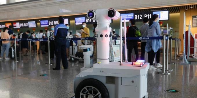 哈尔滨机场5G巡逻测温机器人上岗