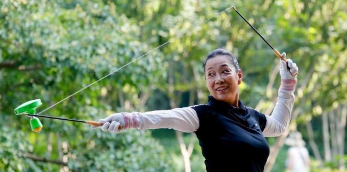 北京应急响应下调至三级 市民在景山公园晨练