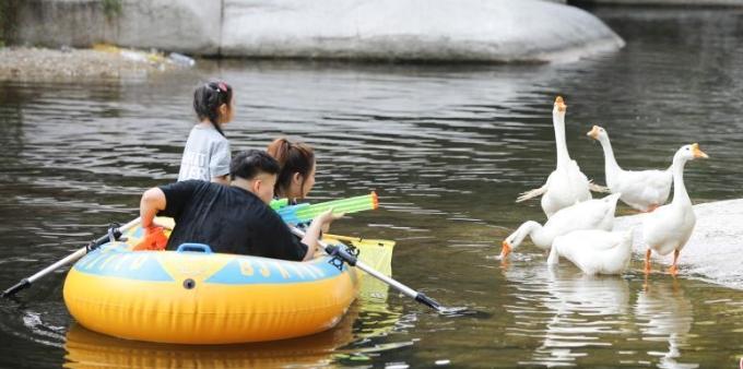 北京应急响应下调至三级 孩童戏水消暑