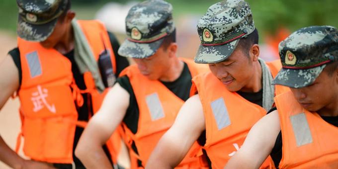 江西鄱阳:烈日下 抗洪战士的成长印记