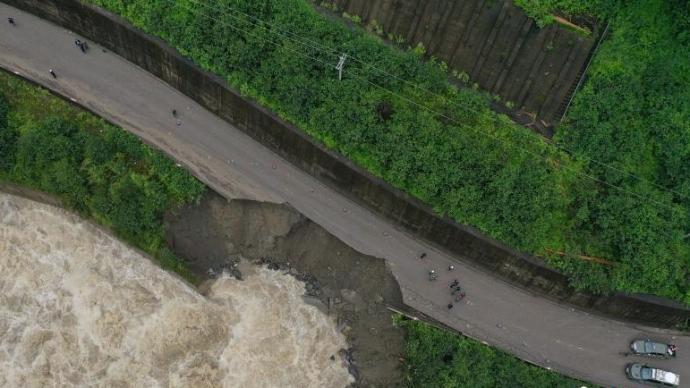 川藏公路西藏林芝境内路段因自然灾害中断