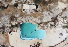 巴勒斯坦居民岩石小山上打造私家泳池