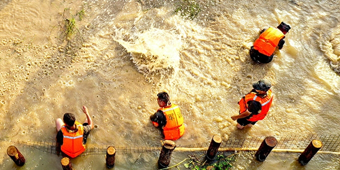 安徽庐江:军民联手鏖战 保卫白石天河
