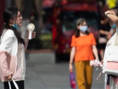 南京迎高温 街头热浪袭人