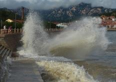 山东青岛:台风掀浪 黑云压城