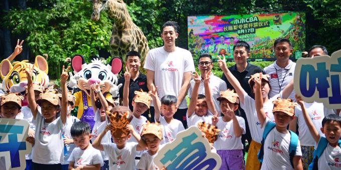 CBA新星与小球员玩转动物园