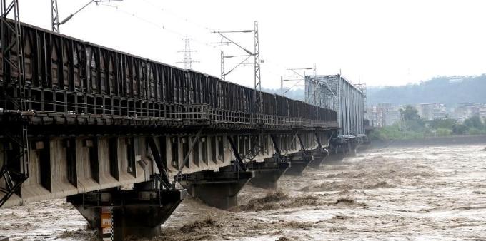 """""""重车压梁"""" 8100吨火车开上绵阳涪江铁路大桥抗洪"""