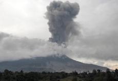 """印尼锡纳朋火山喷发不断 巨大""""蘑菇云""""升腾"""