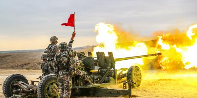鏖战戈壁,新疆军区某火力团开展多兵种实弹射击演练