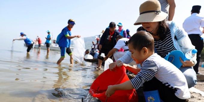 云南抚仙湖增殖放流百万抗浪鱼