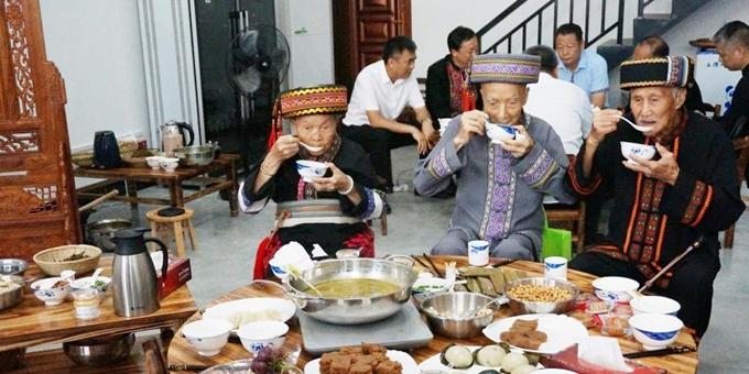 广西恭城瑶乡百家油茶宴上百岁老人品油茶