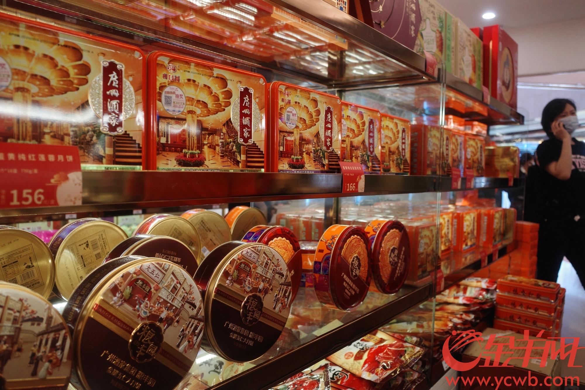 2020年9月1日,市民在广州酒家零售店挑选购买月饼。距离今年中秋佳节还有一个月时间,月饼市场开始升温。羊城晚报全媒体记者 宋金峪 摄