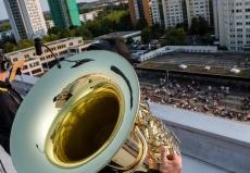 德国乐团在高楼屋顶开音乐会 为居民区民众演奏