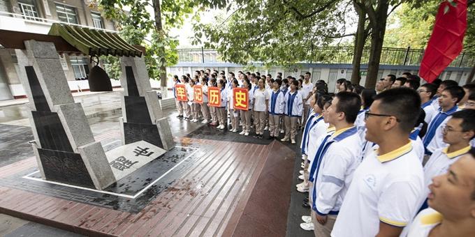 """四川阆中:日本空袭""""哑弹""""改制三口校钟警示后人"""