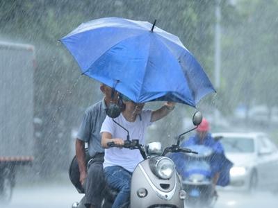 """海南琼海:台风""""红霞""""掠过 海南暴雨倾盆"""