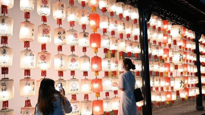 迎中秋、国庆假期 杭州街头挂起各色各样灯笼