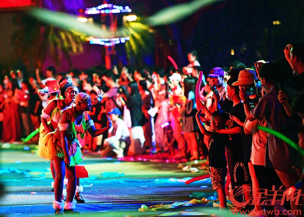 """国庆长假第一天,一场电光摇曳,穿云炸石的巅峰级电音秀在广州长隆旅游度假区欢乐世界首次上演,结合""""长隆广州世界嘉年华·欧洲风情大巡游"""",现场游客沉浸在了高饱和度的幻彩世界中。不少在现场参与的年轻人说,这种千变万化、气氛炽热、互动性强的嘉年华有着全方位融入的体验感,快乐萦绕经久不息,不出国门便能领略世界文化的丰富多彩。羊城晚报全媒体记者 邓勃 摄"""