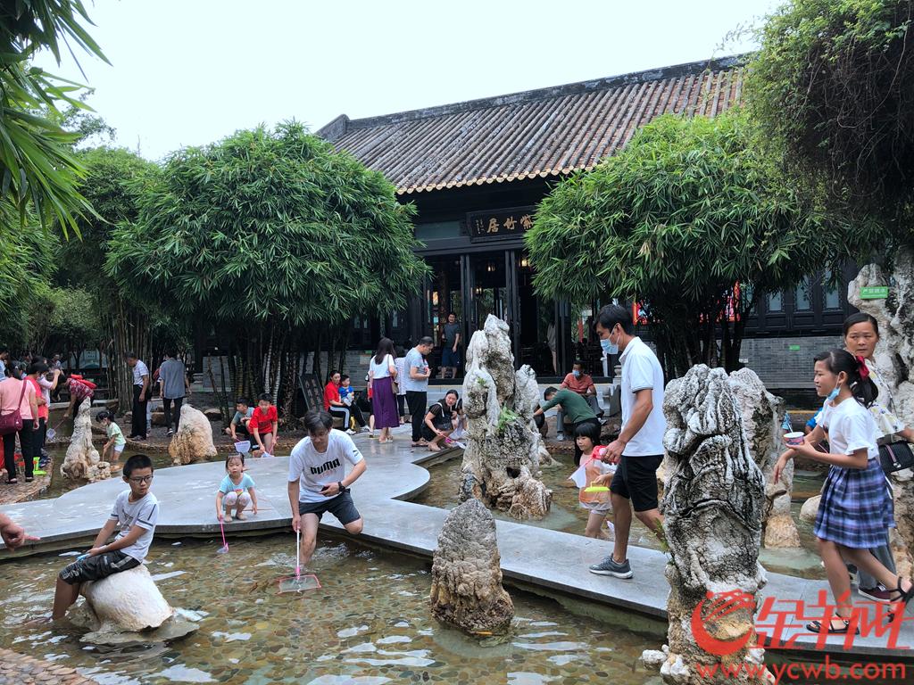 2020年国庆长假期间,广州市番禺区宝墨园迎来大批游客,园内的喂鱼、捞鱼等亲子项目受到游客热捧。羊城晚报全媒体记者 宋金峪 摄