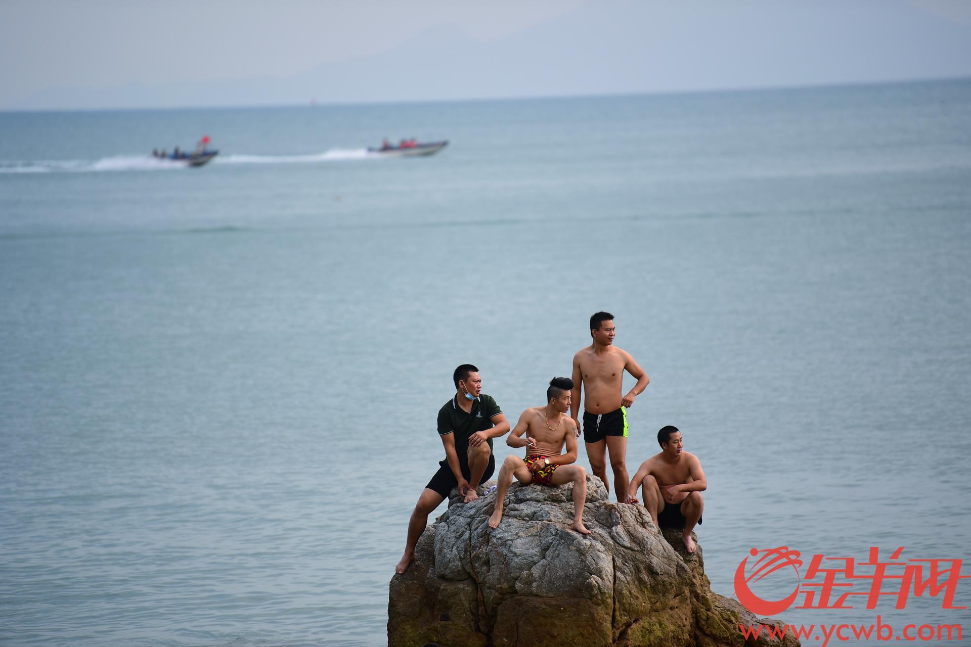 国庆假期余额已不足两天,很多市民抓紧最后的假期时光来到深圳东部的大梅沙、官湖沙滩游玩。不少景点需要预约方可入场,沙滩很干净,大人小孩戏浪游泳乐趣无穷,各种水上娱乐项目如摩托艇、水上飞人、滑翔伞也颇受欢迎。羊城晚报全媒体记者 邓勃 摄