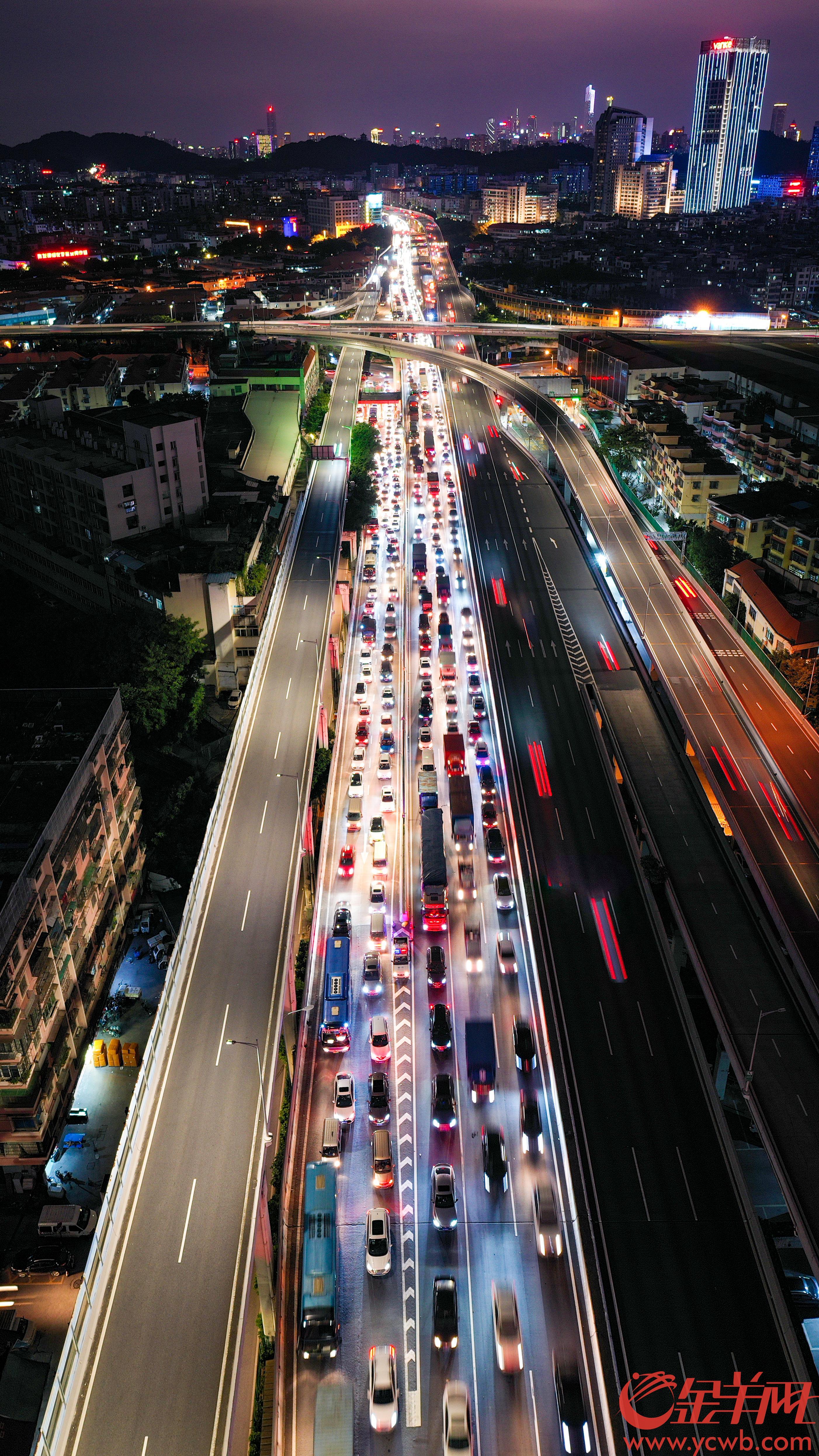2020年10月7日,国庆中秋长假即将结束,广州迎来返程高峰。当晚七时左右,在广园西立交桥的广州环城高速路上,西行车流缓慢。广州南站也迎来大批返程旅客,站内人头涌涌,进入地铁的通道排起长队。羊城晚报全媒体记者 梁喻 摄