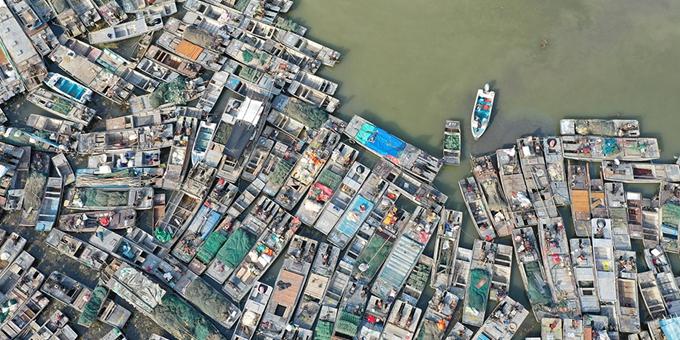 江苏洪泽湖大批渔船聚集在渔港等待拆解