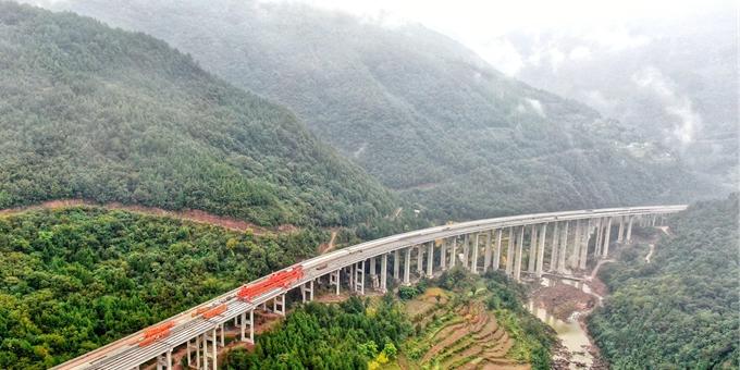 四川巴中:巴万高速公路最长大桥全幅贯通