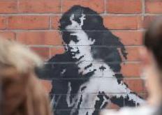 街头艺术家班克西新作 鼓舞民众疫情下苦中作乐