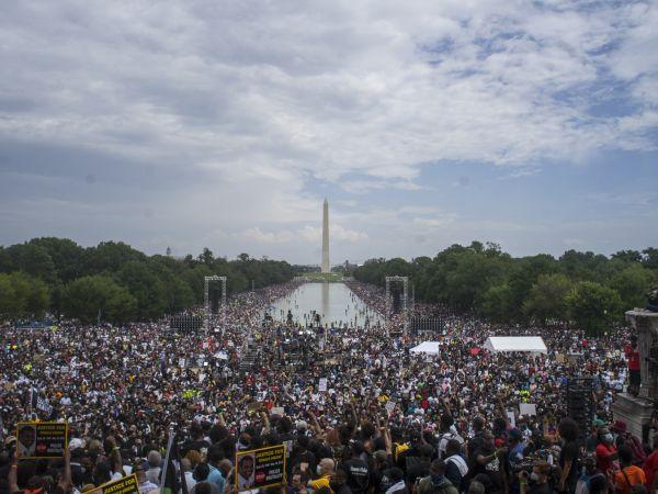 """外媒:美国民众""""买枪固门窗""""防选举暴力"""