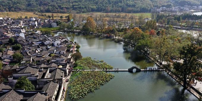 安徽黄山:秋日宏村景宜人