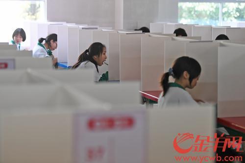 2020年4月27日,广州中学开学首日,学校饭堂的餐桌都做好了间隔,学生们对号入座 羊城晚报全媒体记者 林桂炎 摄
